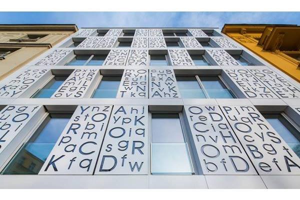 himacs ilumina la potica fachada bieblova en praga