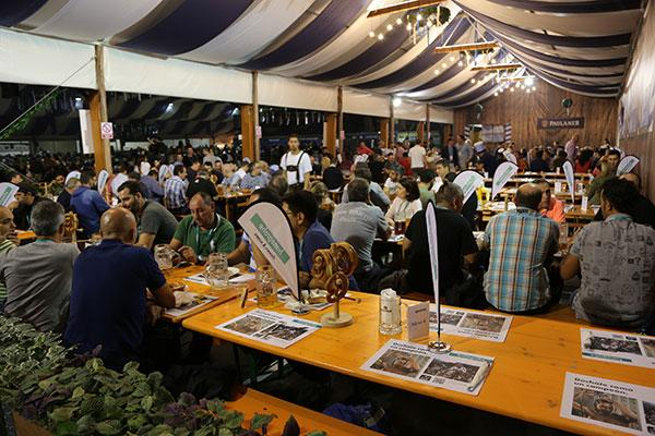 hansgrohe celebra el oktoberfest barcelona con sus instaladores y clientes