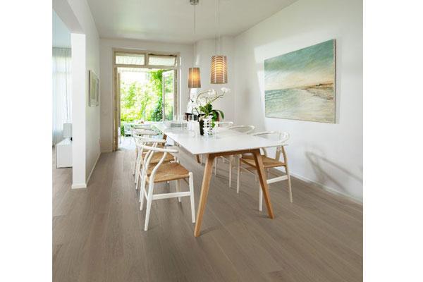 los suelos de madera en acabado mate y los tonos claros son tendencia en 2018