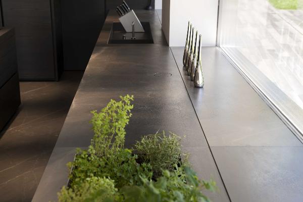 la piedra natural amani de antolini protagonista de un espacio de cocina en italia