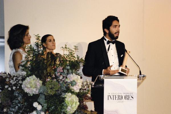 grupo alvic recibe el premio interiores al mejor revestimiento decorativo