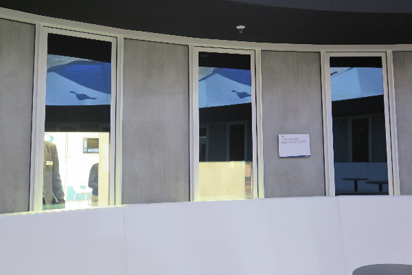guardian glass presenta el futuro de la persiana dinmica para ventanas y puertas con solo apretar un botn