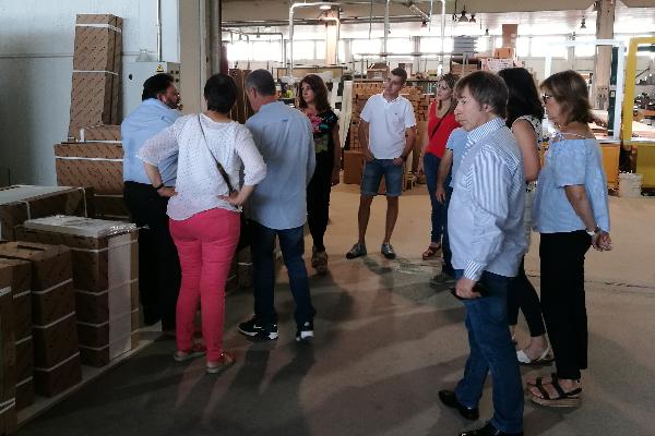 los asociados de grup gamma visitan las instalaciones de cocinas delta