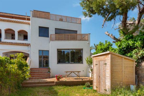 una casa urbana que apuesta por la sostenibilidad en el garraf