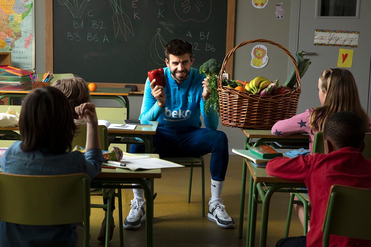 gerard piqu sorprende a un grupo de alumnos y les pregunta sobre sus hbitos alimenticios