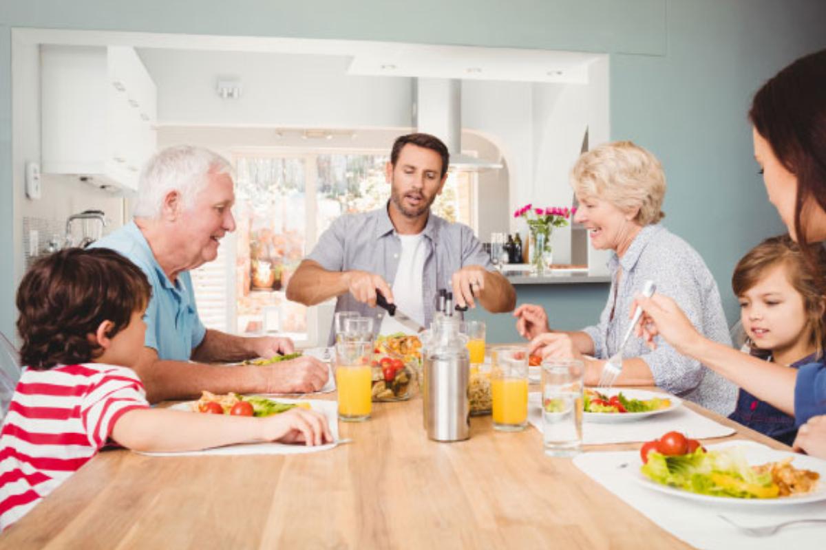 las mesas y sillas se erigen como protagonistas absolutos de la cocina