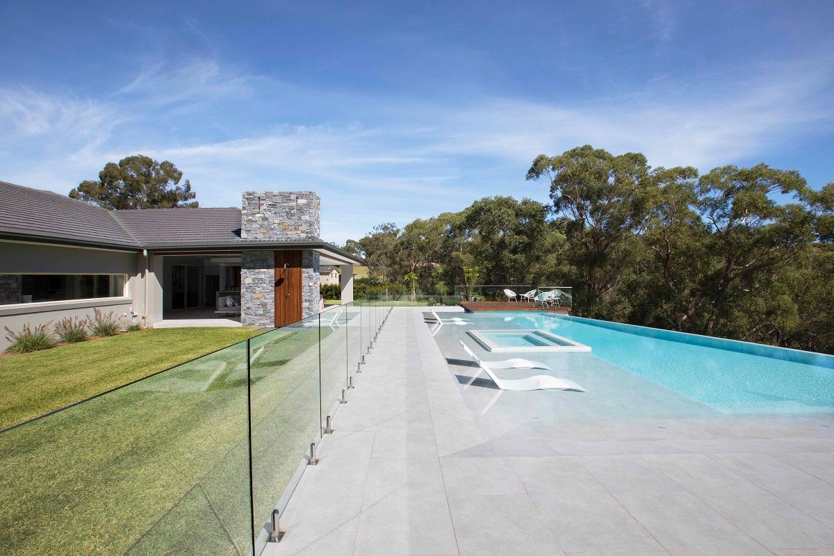 una piscina revestida con una mezcla de mosaico hisbalit consigue 2 oros en los nswampact spasa awards