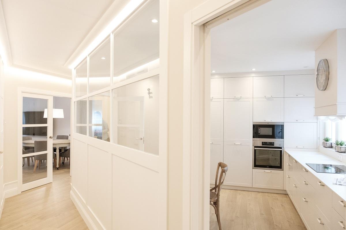 una cocina abierta y cerrada a la vez con molduras de orac decor