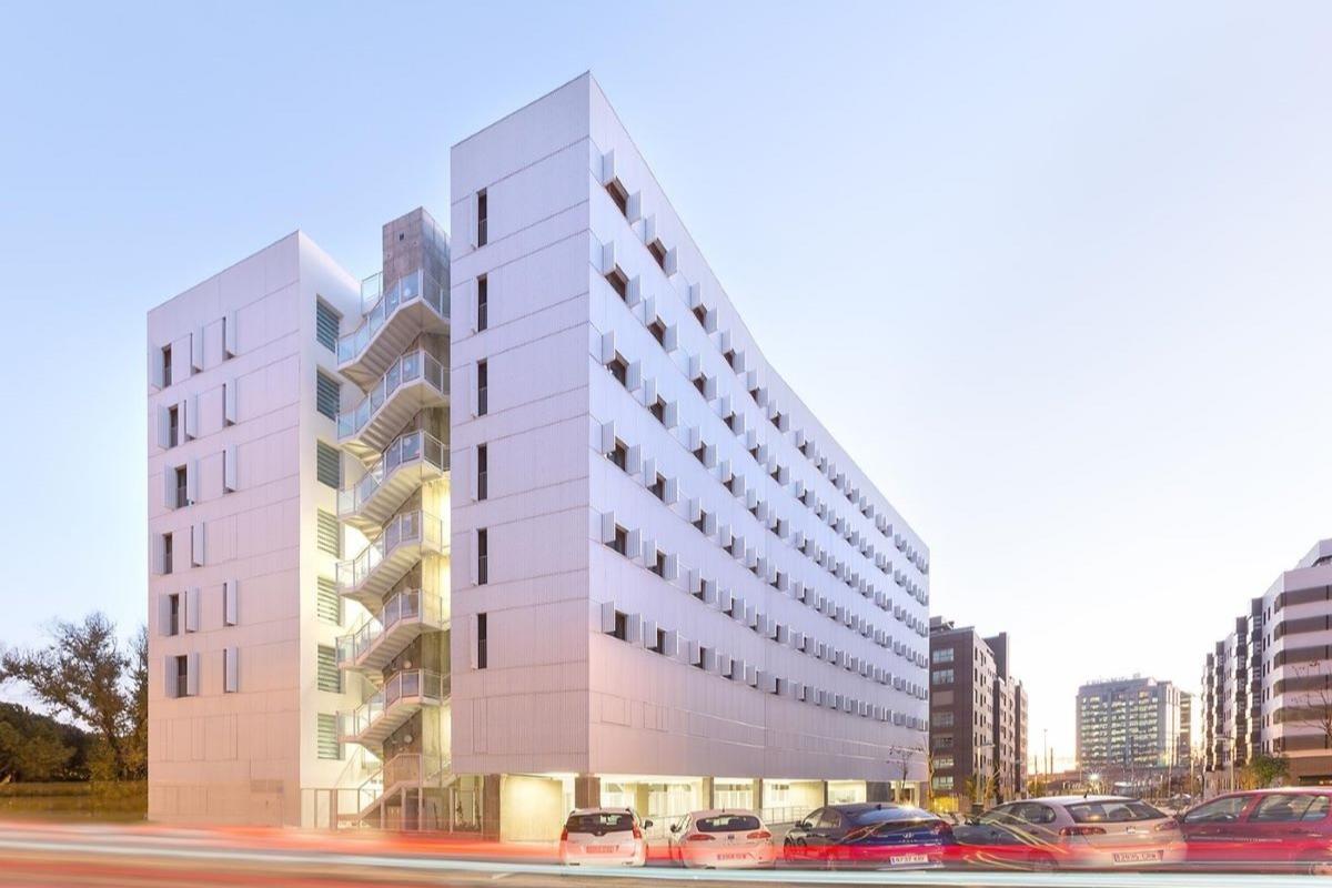 ideal standard presente en la escuela waldorf internacional en valencia y el edificio adelfas 98 en madrid