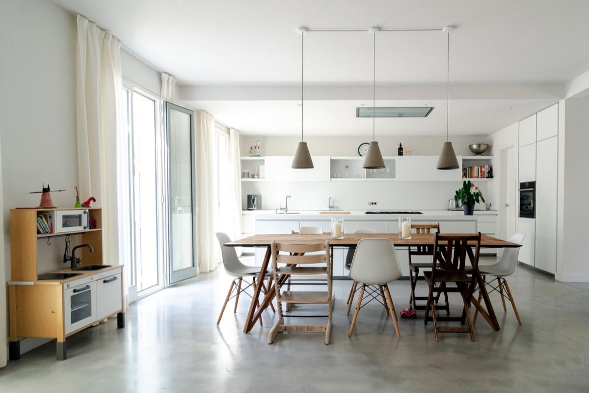 una vivienda sostenible en blanco puro by arquima