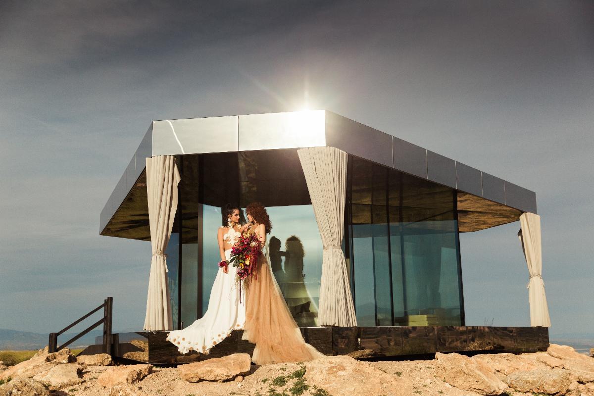 la-casa-del-desierto-de-guardian-glass-sirve-de-escenario-para-una-boda-
