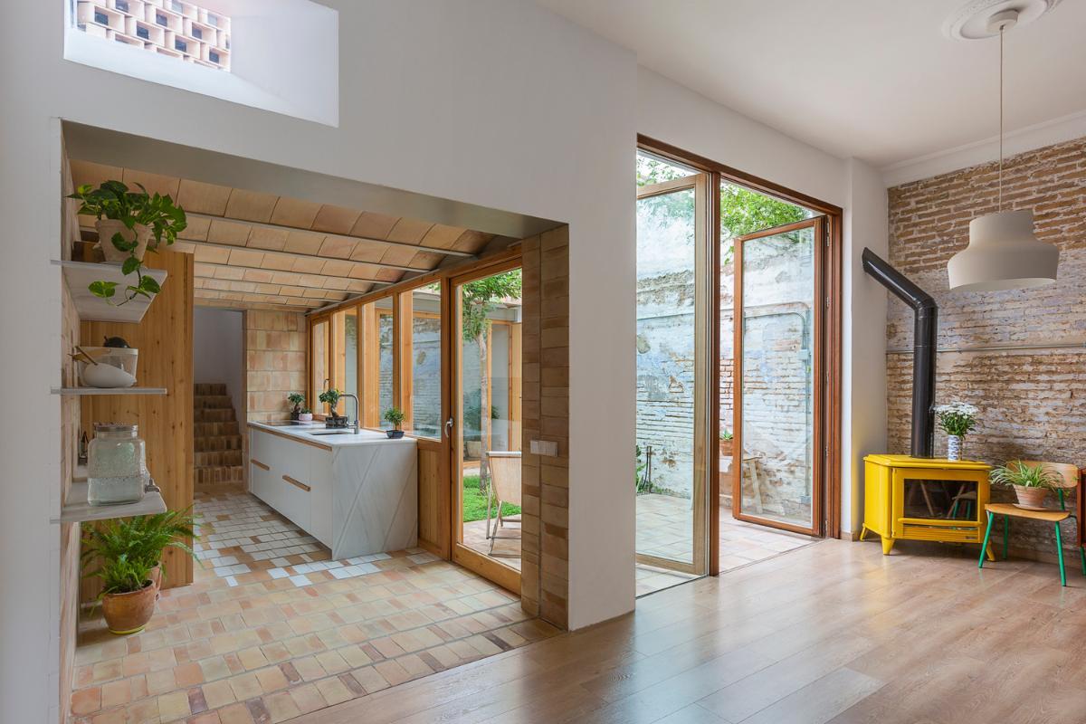 el barro cocido las blancas paredes y la madera se alan para crear casa claudia
