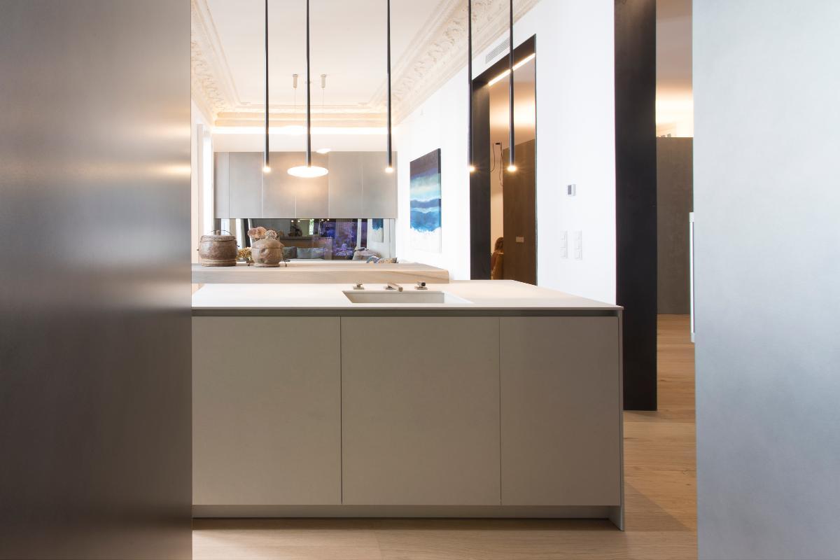 la elegancia integrada en lo clsico la cocina con vistas al saln por materia