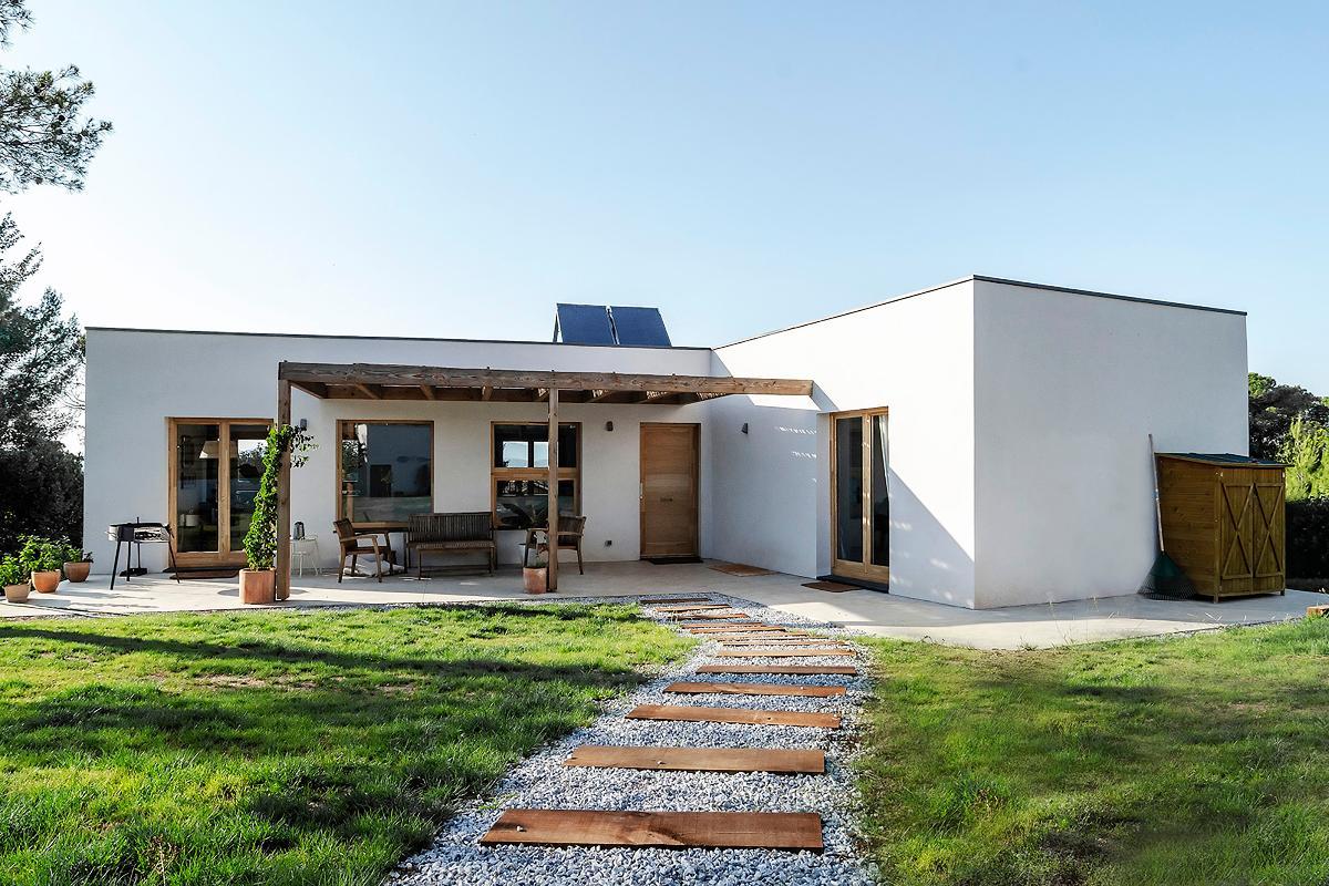 una vivienda eficiente en tono blanco situada en la naturaleza de la mano de arquima