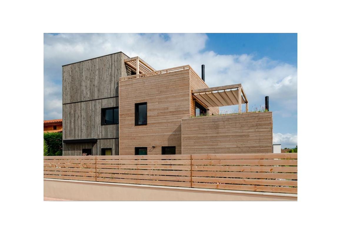 una casa pasiva construida en la falda del parque natural de el montseny por arquima