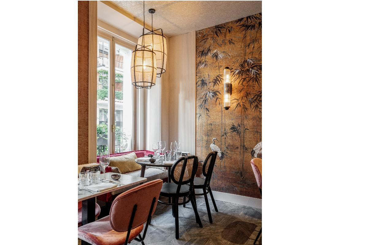 nebo studio combina molduras orac decorsupsup y papel pintado en un restaurante asitico de lujo