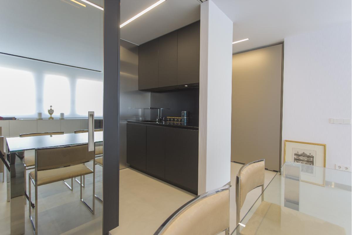 una oficina transformada en vivienda el compromiso entre lujo y minimalismo