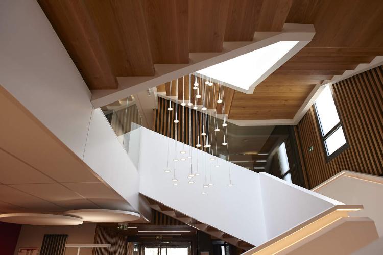 una escalera de atrio monumental fusin perfecta entre madera y himacs
