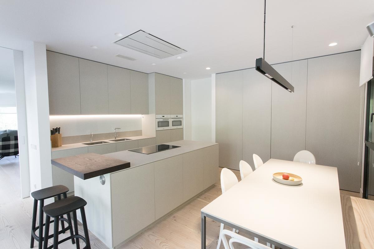 una cocina nrdica llena de luz de la mano de materia