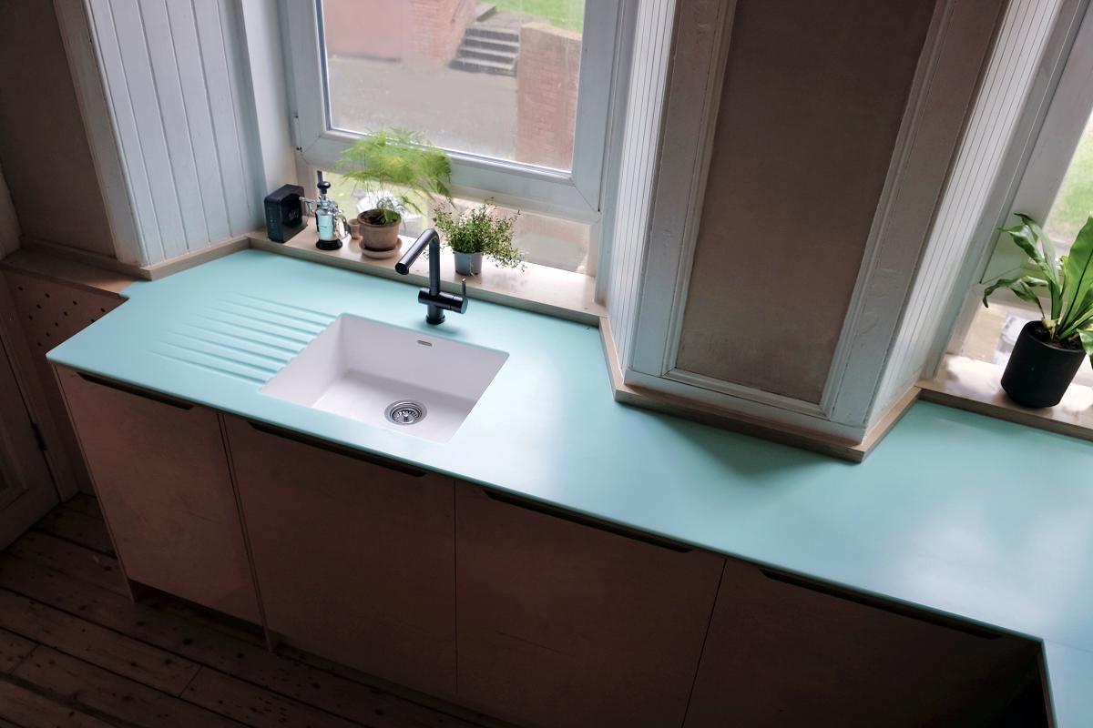 una encimera en tono emerald de himacssupsup un toque de frescura para el espacio culinario