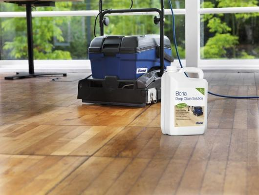 bona powerscrubber y bona deep clean solution para una limpieza profunda