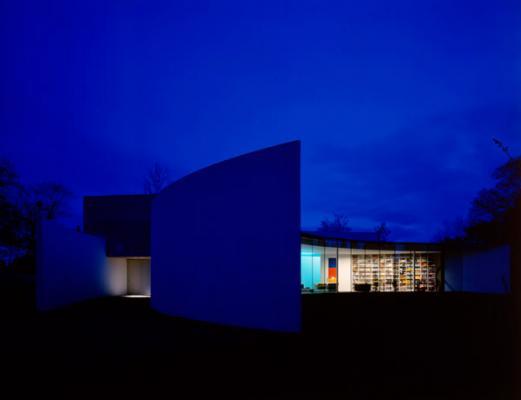 una casa con forma de media luna hace sombra a stonehenge