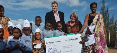 los empleados de hansgrohe se donan dinero para apoyar un proyecto de ayuda en ruanda