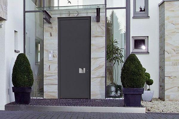 hrmann presenta sus nuevas puertas de entrada a vivienda de aluminio hasta el techo