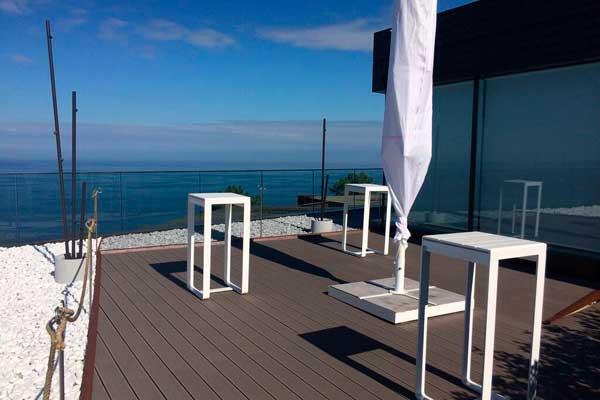 el restaurante akelarre apuesta por el sistema de tarimas para exteriores relazzo de rehau