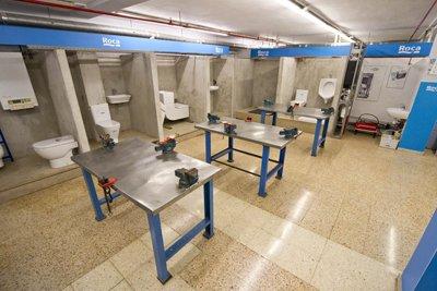 roca renueva el equipamiento del aula de formacin de fontanera de la escuela gremial de instaladores egibcn